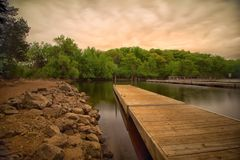 Деревянный док в заливе с спокойной водой Стоковые Фотографии RF