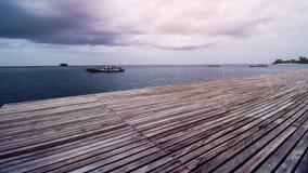 Деревянный док пляжа или деревянная пристань на красивом тропическом море Стоковое Фото