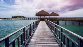 Деревянный док пляжа или деревянная пристань на красивом тропическом пляже Стоковое Фото