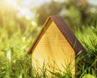 Деревянный дом Абстрактная энергия - сбережения и предпосылка eco стоковое изображение