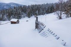 Деревянный дом в идеальном снежном ландшафте зимы Снег покрыл ландшафт сельских и леса стоковые изображения rf
