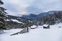 Деревянный дом в идеальном снежном ландшафте зимы Снег покрыл ландшафт сельских и леса стоковое фото rf