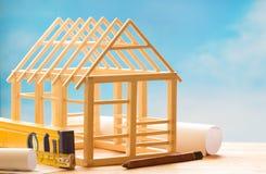 Деревянный дом и планирование на концепции предпосылки архитектуры конструкции голубого неба абстрактной стоковое фото rf