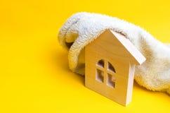 Деревянный дом на желтой предпосылке Концепция греть домов и квартир клапаны пробок системы отопления сбережениа иллюстрации энер стоковое изображение