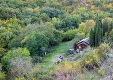 деревянный дом среди гор и леса стоковые изображения rf