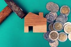 Деревянный дом с молотком и монетками Конструкция дома и восстанавливать концепцию цены скопируйте космос стоковое фото rf