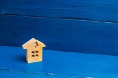 Деревянный дом с отказом Концепция поврежденного дома, разрушанного снабжения жилищем Реновация, ремонт и восстановление старого  стоковая фотография
