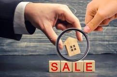 Деревянный дом с ` продажи ` надписи продажа свойства, дома допустимое снабжение жилищем Продажа квартир агент недвижимости servi стоковые изображения
