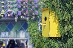 Деревянный желтый birdhouse на дереве Дом для птиц handmade стоковые фото