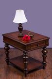 Деревянный журнальный стол с лампой и поднял Стоковая Фотография