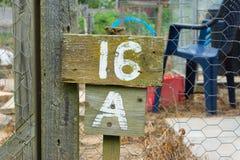 Деревянный знак давая номер графика сада Стоковое Изображение