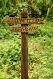 Деревянный знак к Playfield и далеко Стоковые Фотографии RF