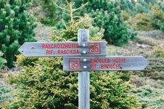 Деревянный знак на экологических походах Val Gardena пути и отклонениях на доломиты, Ital горы Стоковое Изображение RF