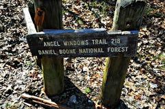 Деревянный знак следа сидит на голове следа Анджела Windows Стоковые Изображения