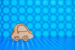 Деревянный значок автомобиля на предпосылке запятнанной синью Стоковое Изображение RF