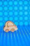 Деревянный значок автомобиля на предпосылке запятнанной синью Стоковая Фотография