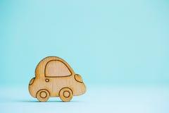 Деревянный значок автомобиля на предпосылке зеленого цвета мяты Стоковое Изображение RF