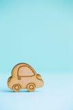 Деревянный значок автомобиля на предпосылке зеленого цвета мяты Стоковое Изображение