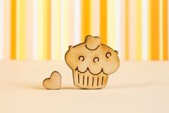Деревянный значок торта с меньшим сердцем на апельсине striped backgrou Стоковые Изображения