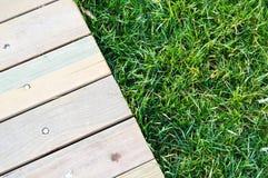 Деревянный идя путь на зеленой траве стоковая фотография rf