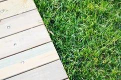 Деревянный идя путь на зеленой траве стоковое изображение rf