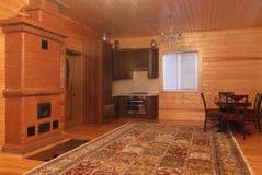 Деревянный интерьер дома с блоком таблицы и кухни Стоковые Фотографии RF
