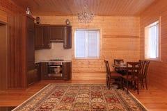 Деревянный интерьер дома с блоком таблицы и кухни Стоковое Изображение RF