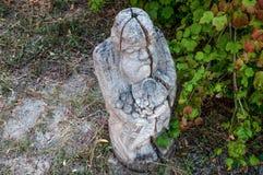Деревянный идол на предпосылке голубого неба с облаками Стоковое фото RF