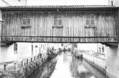 Деревянный и покрытый мостк с 3 окнами стоковые изображения rf