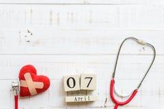 Деревянный календарь блока на день здоровья мира, 7-ое апреля Стоковые Изображения