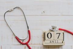 Деревянный календарь блока на день здоровья мира, 7-ое апреля Здравоохранение Стоковая Фотография RF