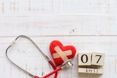 Деревянный календарь блока на день здоровья мира, 7-ое апреля Стоковое Изображение RF