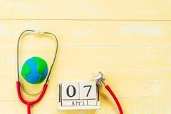 Деревянный календарь блока на день здоровья мира, 7-ое апреля Стоковые Фотографии RF