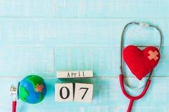 Деревянный календарь блока на день здоровья мира, 7-ое апреля Здравоохранение Стоковые Фотографии RF