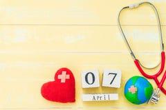 Деревянный календарь блока на день здоровья мира, 7-ое апреля Здравоохранение Стоковые Изображения RF