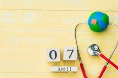 Деревянный календарь блока на день здоровья мира, 7-ое апреля Стоковое фото RF