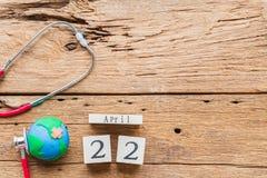Деревянный календарь блока на день земли 22-ое апреля мира Стоковое фото RF