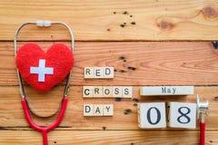 Деревянный календарь блока на день Красного Креста и красного полумесяца мира, Стоковые Изображения