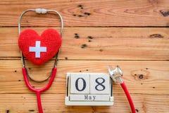 Деревянный календарь блока на день Красного Креста и красного полумесяца мира, Стоковое фото RF