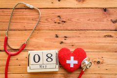 Деревянный календарь блока на день Красного Креста и красного полумесяца мира, Стоковые Фото