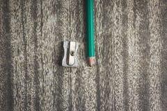 Деревянный карандаш текстуры с точить shavings на черной предпосылке бумаги ремесла стоковые фотографии rf