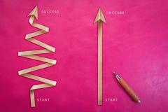 Деревянный карандаш с розовой бумагой предпосылки и стрелки складывает creativi Стоковое Изображение RF