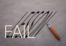 Деревянный карандаш с словом терпеть неудачу и словом урока стоковое изображение rf