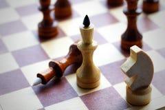 Деревянный комплект шахмат на шахматной доске Шахмат черная белизна closeup Стоковое Фото
