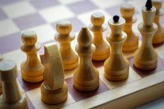 Деревянный комплект шахмат на шахматной доске Шахмат черная белизна closeup Стоковая Фотография RF