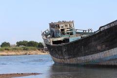 Деревянный корабль на береге моря Стоковое Изображение