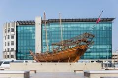 Деревянный корабль людей бедуина в истории Часть музея Дубай Стоковое Фото