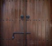 Деревянный коричневые, постаретые вход, защелка и padlock Фон, крупный план, деталь Стоковая Фотография RF