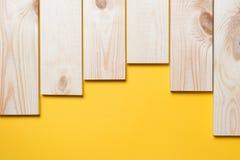 Деревянный коричневый цвет планки на желтом цвете Стоковое Изображение RF