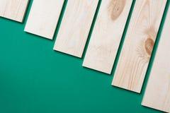 Деревянный коричневый цвет планки на зеленом цвете Стоковые Изображения